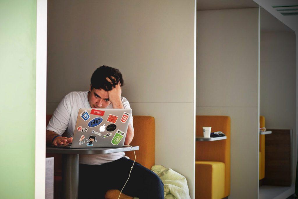 ung-mand-studerer